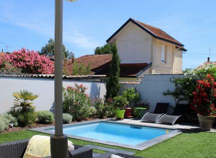 belle maison de ville extérieur avec piscine