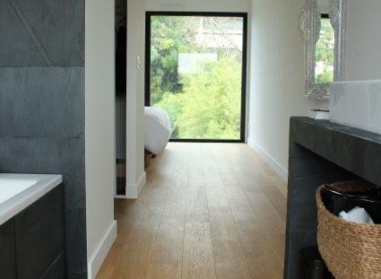 chambre avec salle de bain et vue panoramique