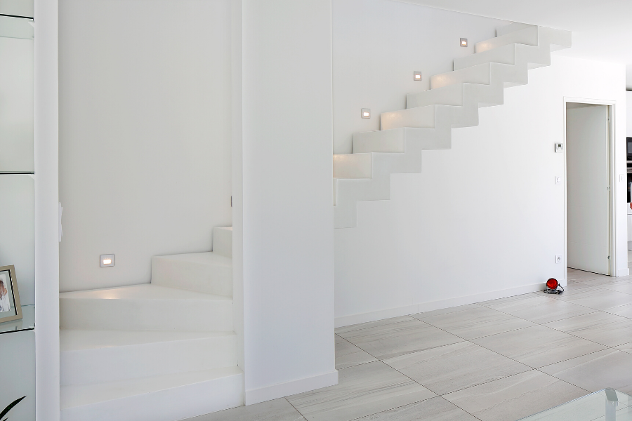 escalier design dans une maison à étage