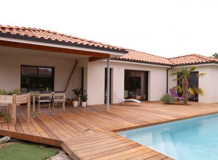 Maison contemporaine avec terrasse en bois