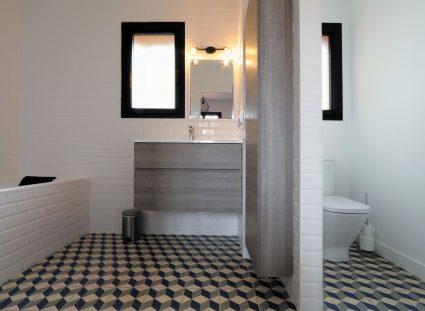 salle de bain moderne avec carreau ciment