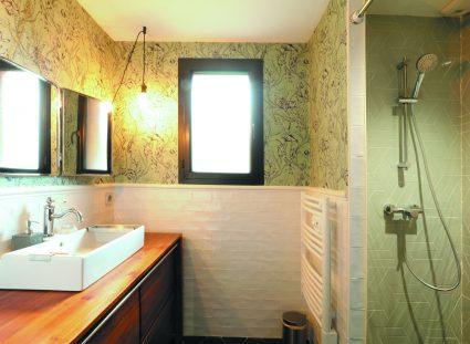 maison bois avec salle d'eau moderne