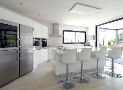 villa bordeaux avec cuisine moderne blanche