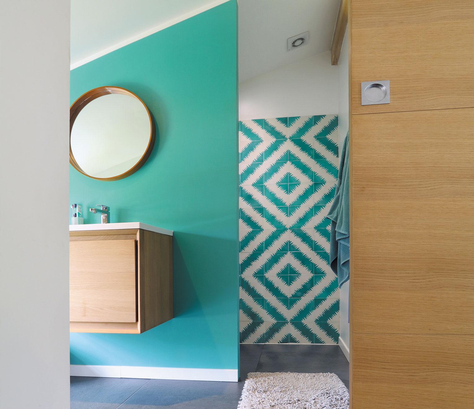 une grille de ventilation dans salle de bains moderne