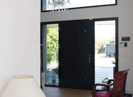 entrée maison avec fenêtres encadrant porte