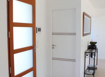 porte avec vitrage dans hall d'entrée