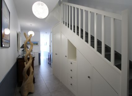 hall entrée lumineux escalier blanc