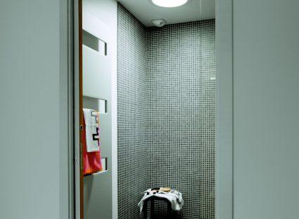lumière naturelle dans la salle d'eau