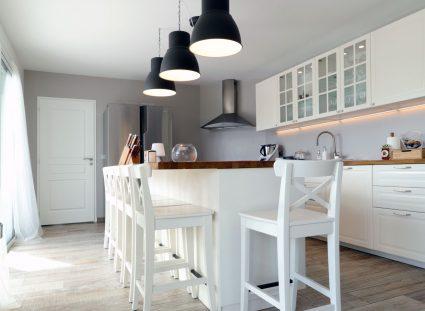 maison basque avec belle cuisine blanche