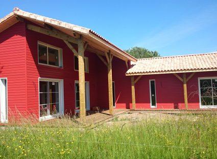 maison bois avec bardage rouge