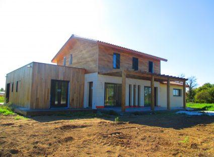 maison bois avec enduit et pierre de parement