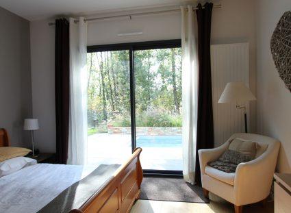 maison contemporaine chambre avec vue sur piscine