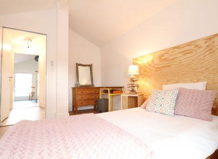 chambre avec ambiance blanc et bois