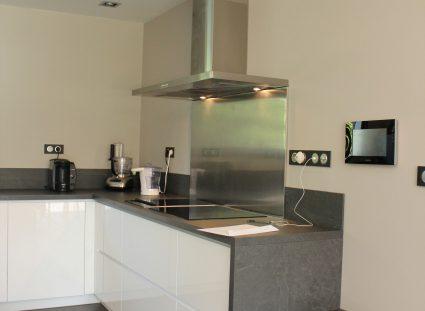 maison contemporaine cuisine blanche et anthracite