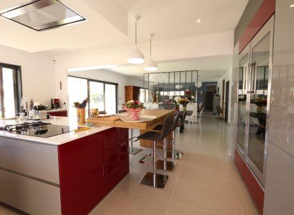 maison contemporaine avec cuisine rouge bordeaux