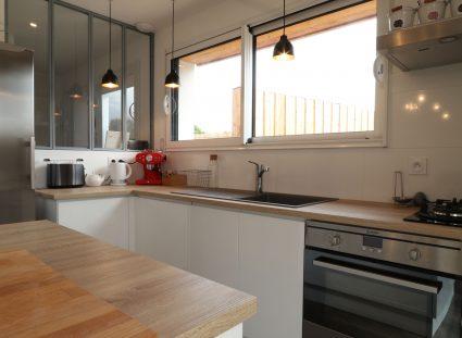 maison contemporaine avec cuisine spacieuse