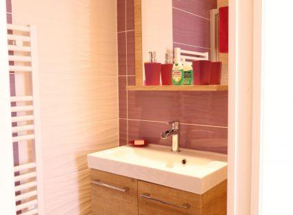 une salle d'eau rose