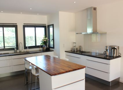 maison de ville cuisine moderne blanche bois