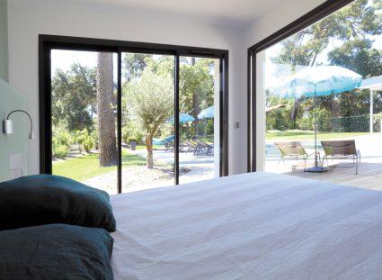 maison design avec grande chambre lumineuse