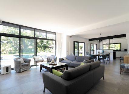 maison design avec pièce de vie lumineuse