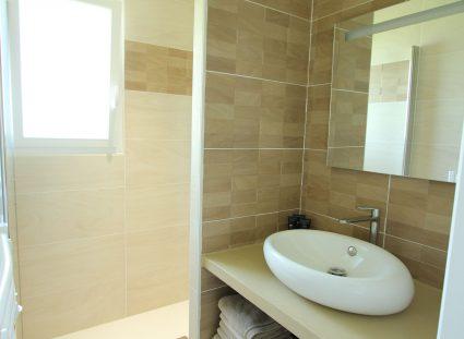 salle de bains avec ouverture vitrée