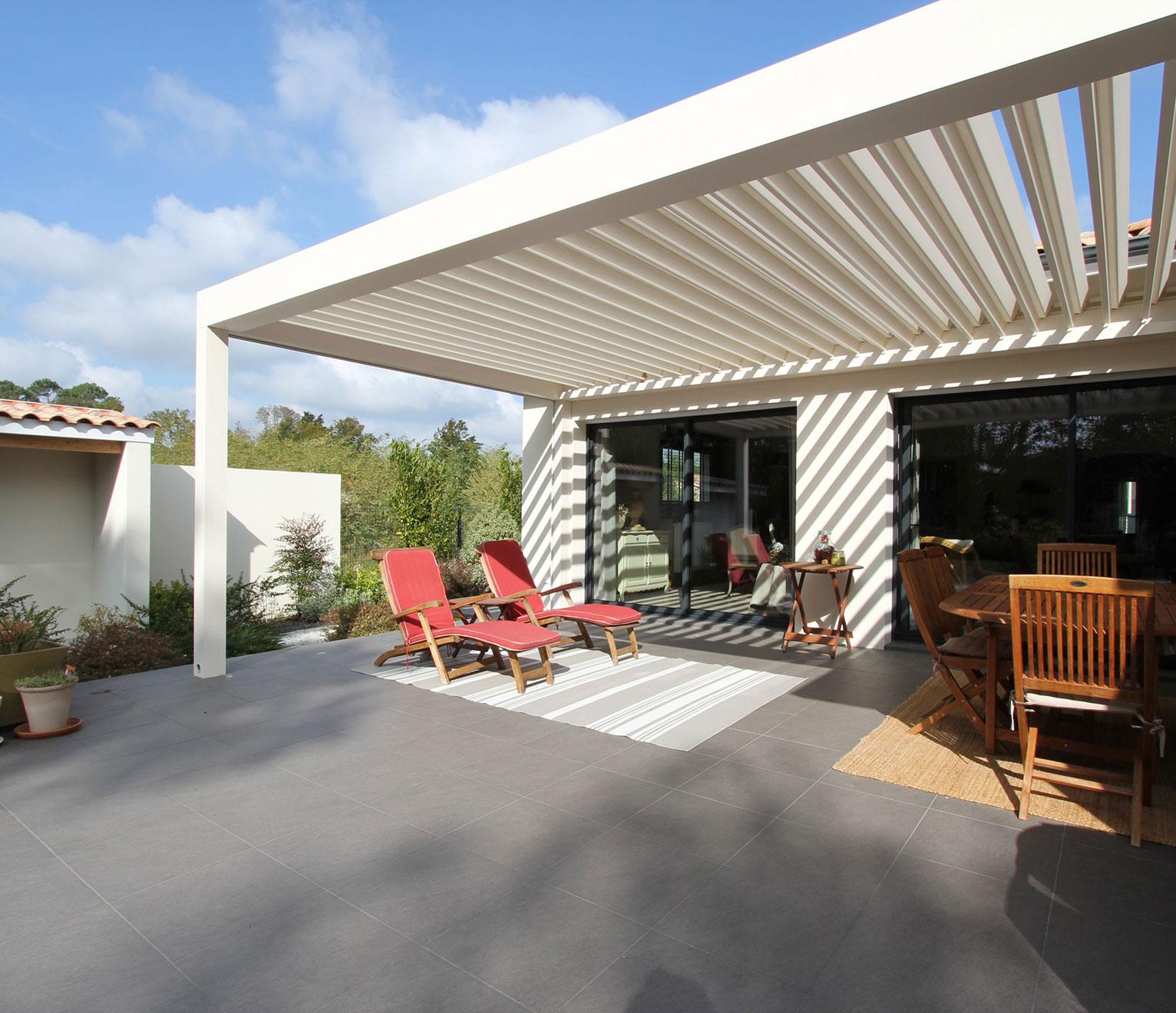 une maison contemporaine avec terrasse