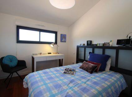 une maison bois chambre fenêtre panoramique