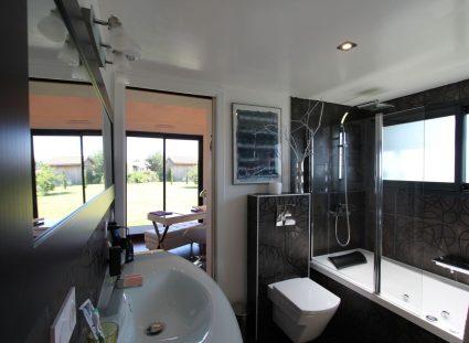 une maison bois grande salle de bain