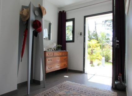 un mobilier moderne à l'entrée