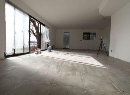 maison en construction salon avec carrelage