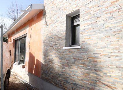 maison en construction avec parement pierre