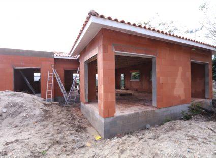 maison en construction charpente couverte