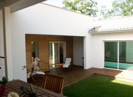 terrasse avec lames bois inclinées