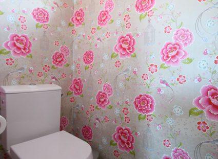toilettes avec papier peint