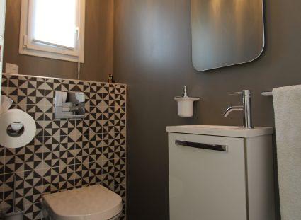 toilettes avec revêtement géométrique