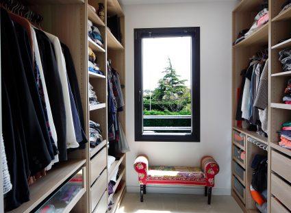 un dressing avec une fenêtre
