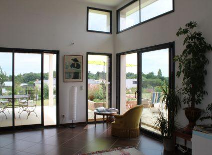 fenêtre châssis fixe mise en valeur hauteur sous plafond