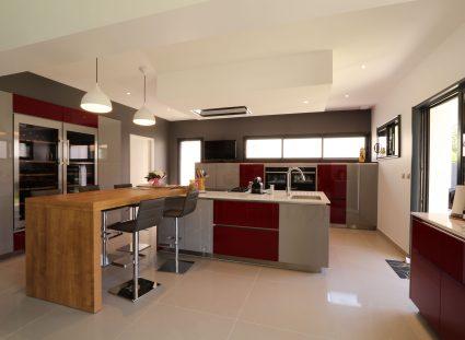 cuisine grise et rouge bordeaux