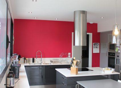 cuisine moderne rouge framboise