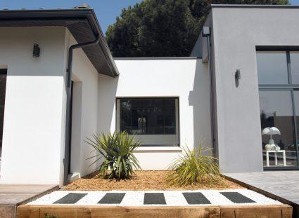maison design avec chemin en ardoise