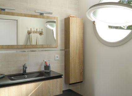 une fenêtre ronde dans une salle de bain