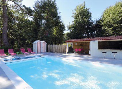 grande piscine avec cabanon en bois style plage