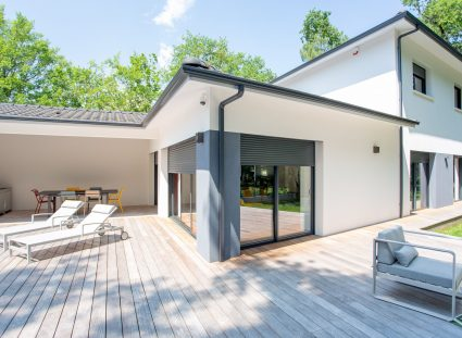 maison design avec terrasse en bois