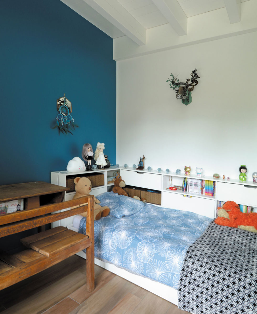 chambre avec rangements sous le lit