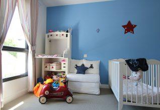 une belle chambre d'enfant bleue