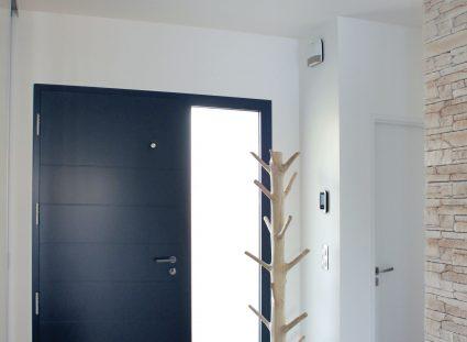 hall d'entrée avec mur avec parement