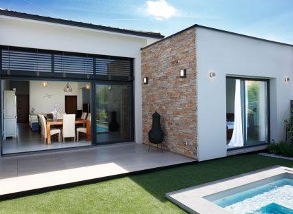 maison contemporaine avec mur parement pierre