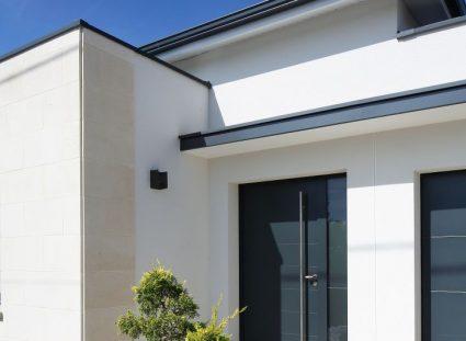 maison contemporaine avec une entrée élégante