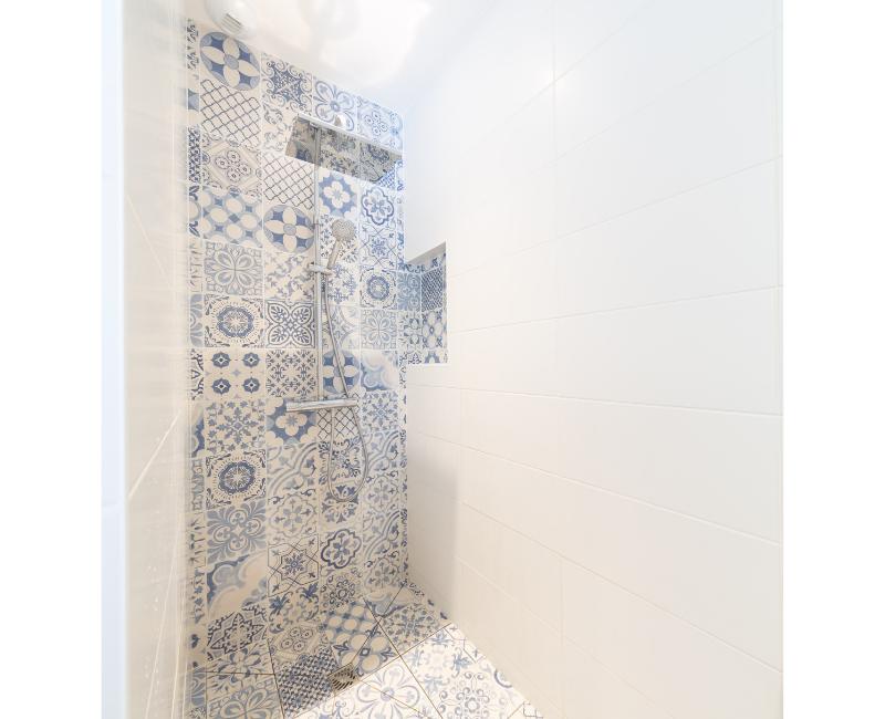 douche à l'italienne avec rangements