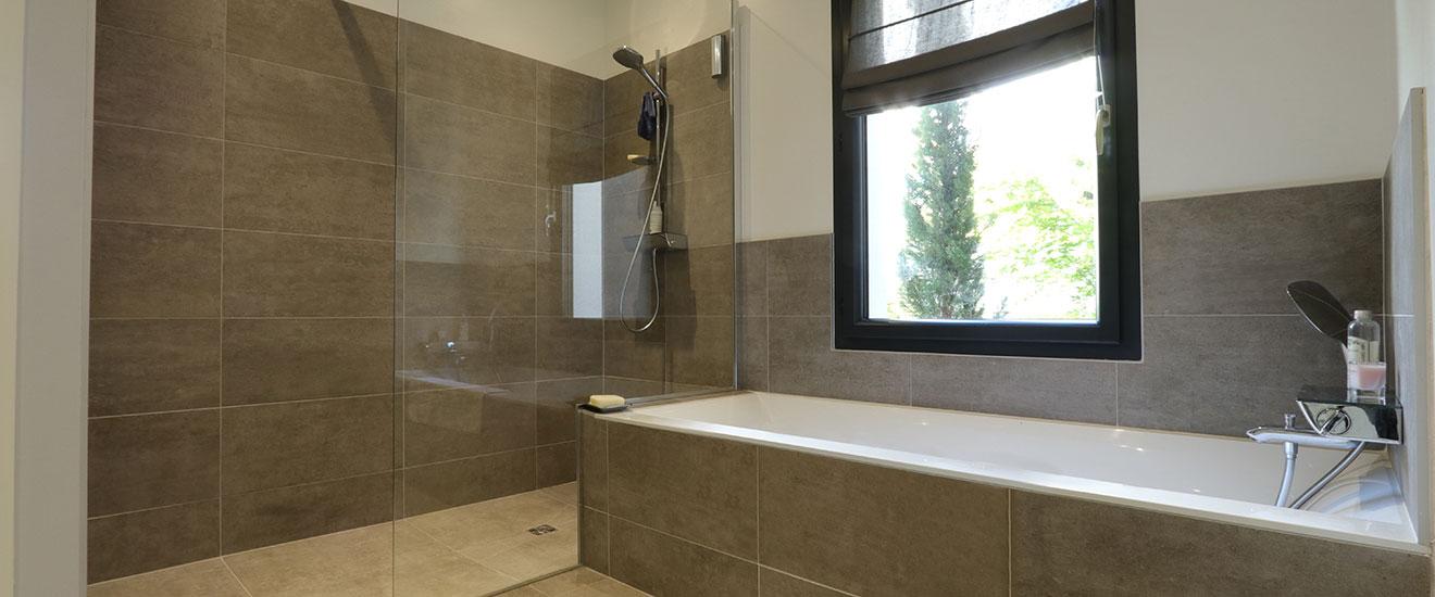 salle-de-bains-avec-douche-italienne-pano